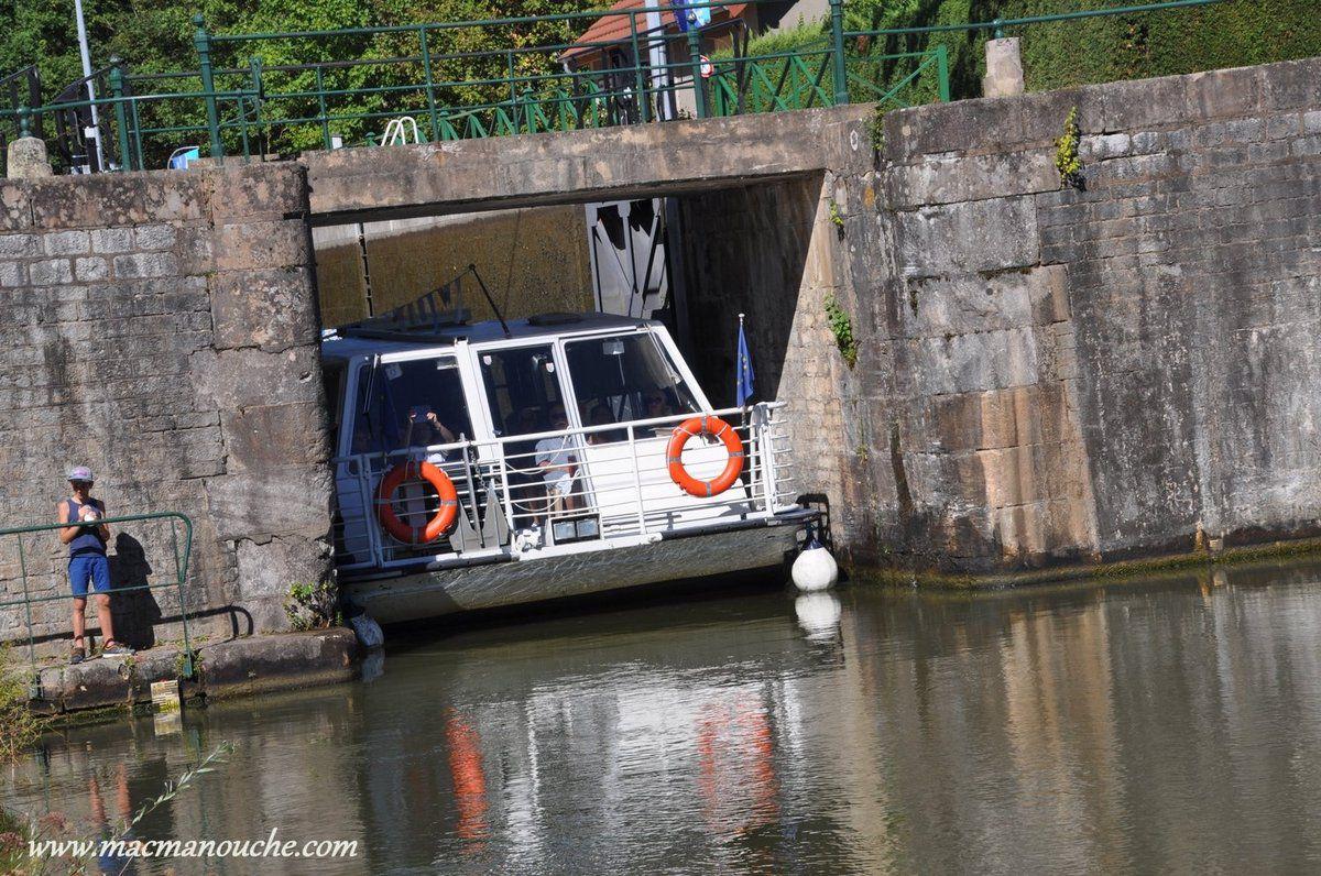 … == > …Mais il s'écarte au passage de la barge!