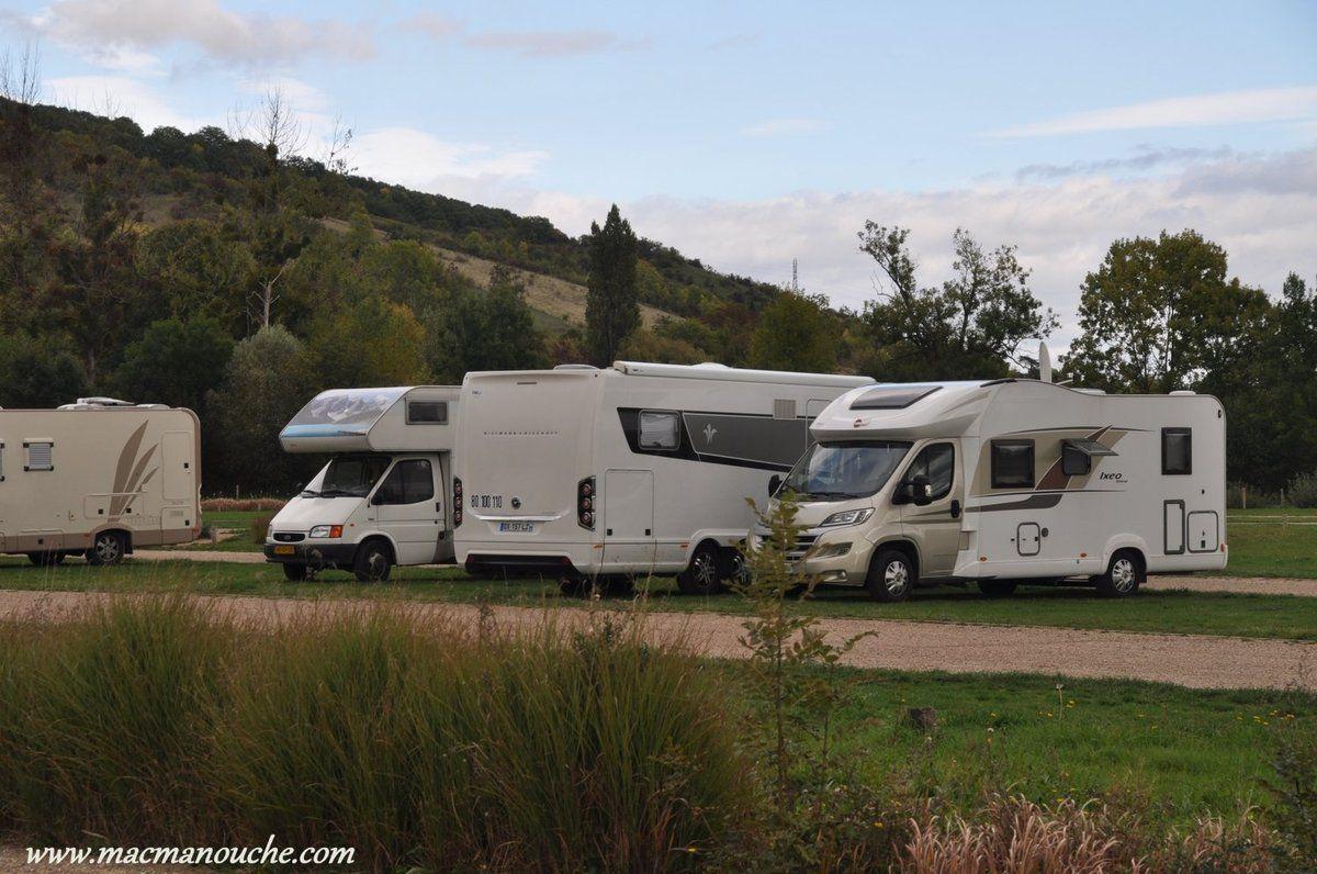 … == > … et où se trouve une aire pour camping-cars.