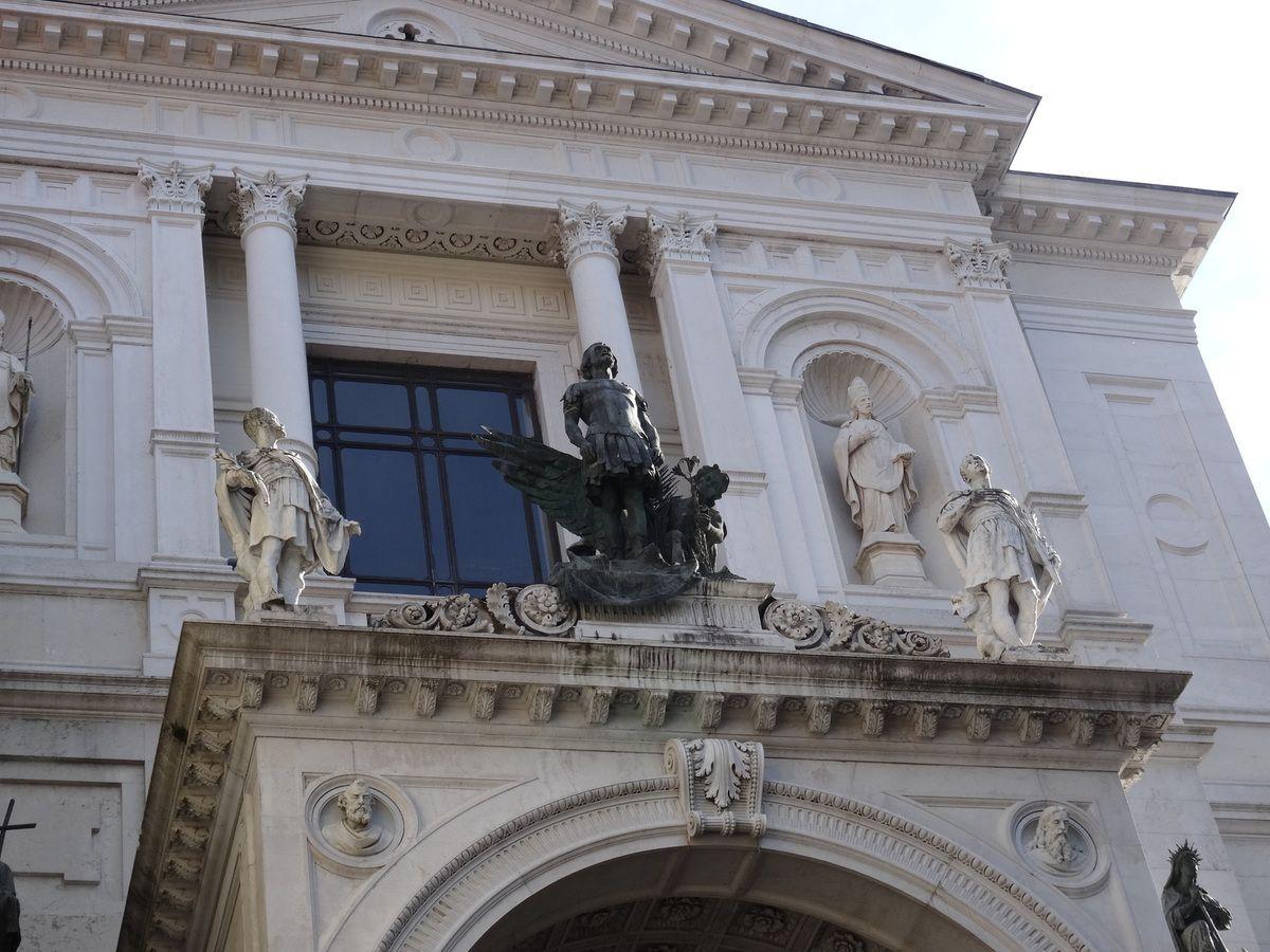 La Cathédrale intérieur et extérieur-Porte de la ville