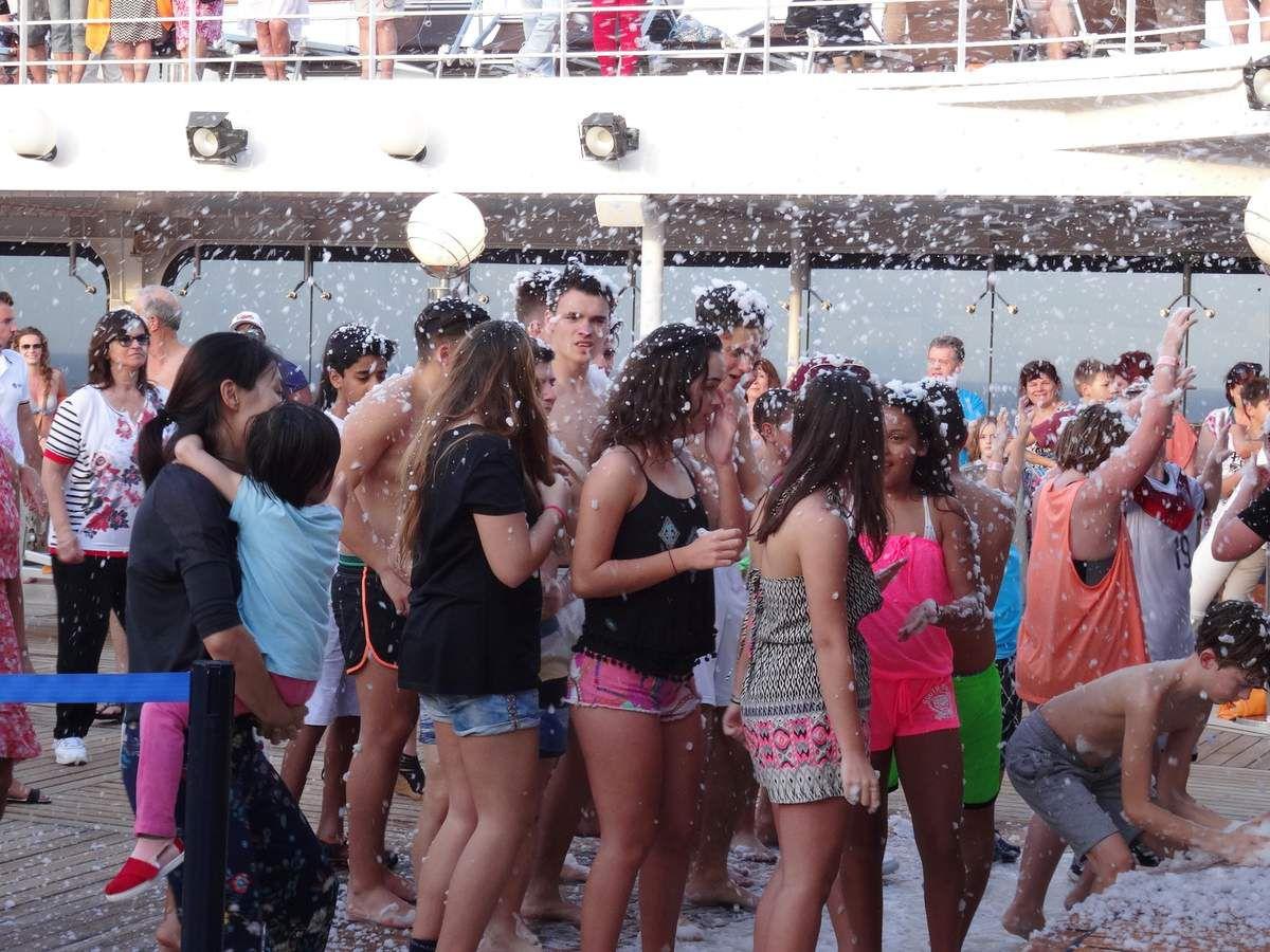 Sur le bateau danses, neige artificielle, spectacle le soir