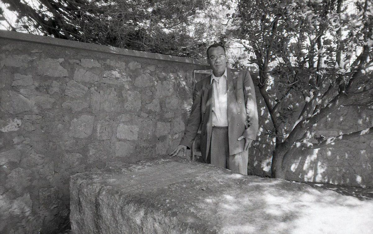Hamid Nacer Khodja devant la tombe de Saint John Perse en juin 2005