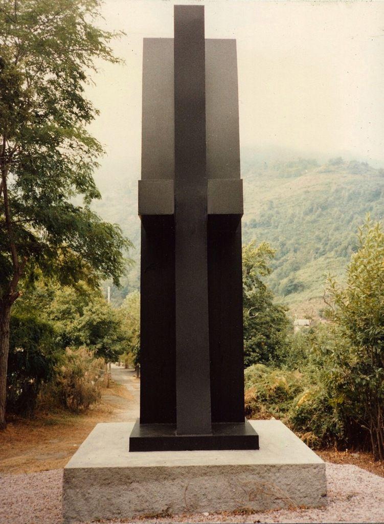 Tension I, 1988. 400 x 150 x 100 cm, fer. Commune de Giocatojo, Haute Corse.