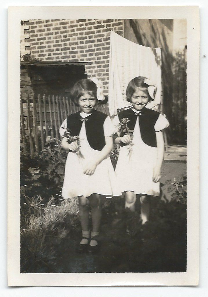 Les soeurs jumelles (twin sisters)