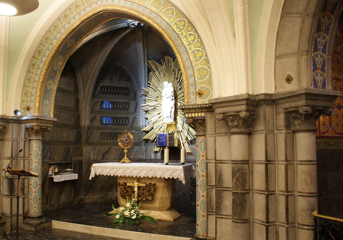 Adoration du Saint Sacrement _ Eucharistic Adoration  Crypte de l'Eglise Immaculée Conception, Lourdes