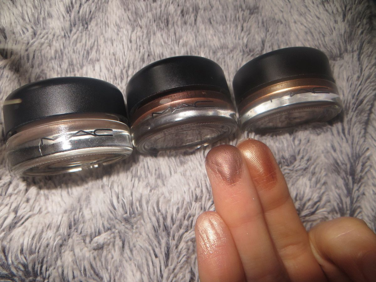 "Swatch Paintpots de Mac ""Bare study"", ""Constructivist"", et ""Indianwood"". (avec flash)."