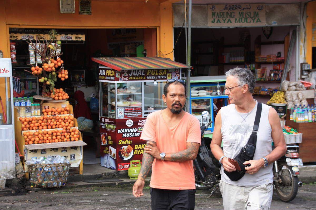Au marché de Candikuning.Plein de petits Monsieur Millot en cage. Marc et Abang