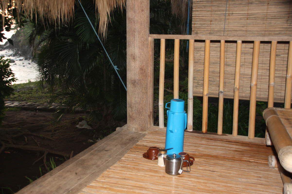 Sur la route d'Amed. Des rizières . Notre bungalow. A notre réveil, une thermos pour du café ou du thé.C'est sympa. Le petit déjeuner nous attendait au restaurant. Le lever du soleil. Finalement un bonne étape pour 37euros la nuit avec petit déjeuner!