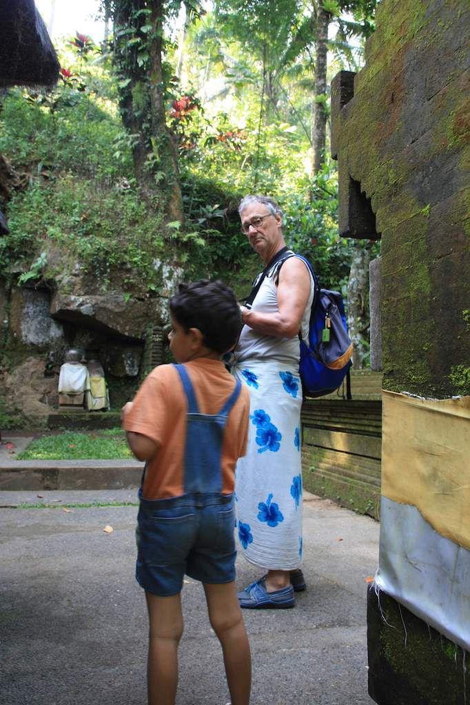 Le temple de Goa Gajah . Un grand palais avec de vrais mariés en costume traditionnel.Le temple de Goa Lawah avec la grottes des chauve souris (flous les chauve souris!)