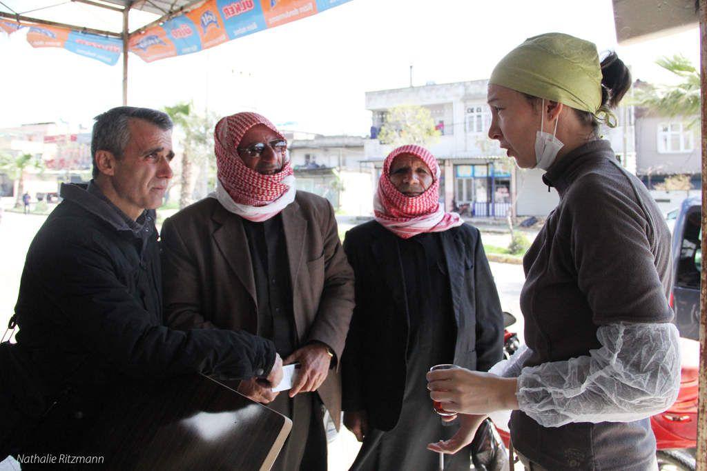 Solda, Hüseyin Ocak pastörü kayropraktik uzmanı Aurélie Belsot ve iki suriyeli mülteciler ile