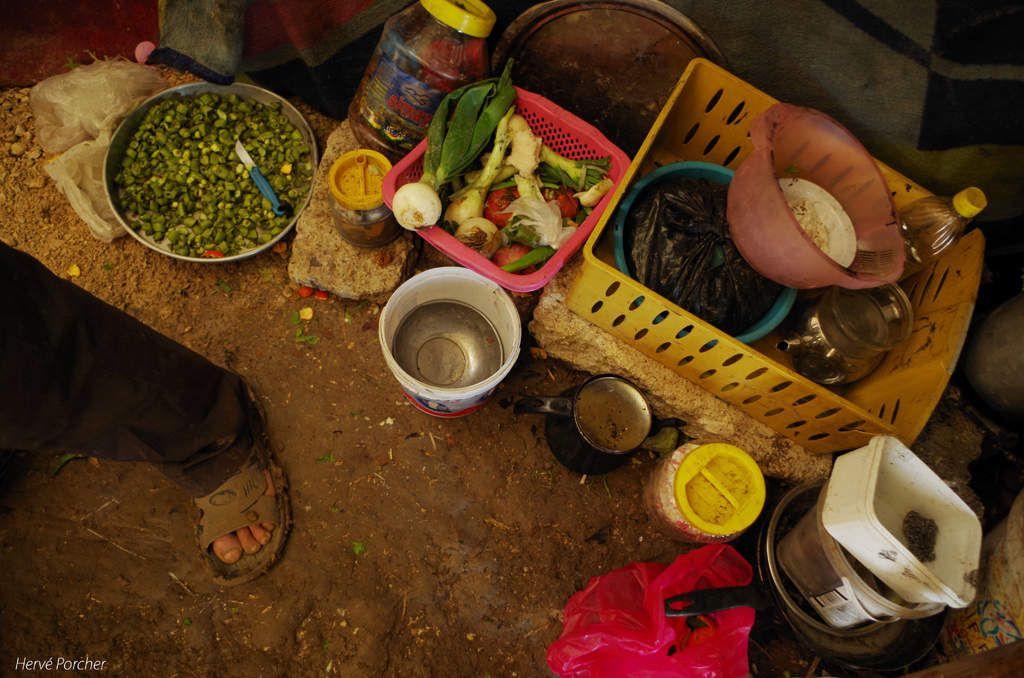 Suriyeli mülteci ailesinin çadır altında yemekleri - Hervé Porcher foto kredisi