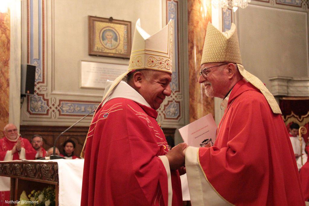 Solda İstanbul'un yeni Episkopos Mgr Ruben Tierrablanca Gonzales ve sağda Emerit Episkopos Mgr Louis Pelâtre
