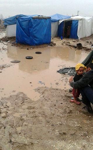 24 saat durmadan yağıştan sonra Adana'da mülteci kampta, Haci fotoğrafları