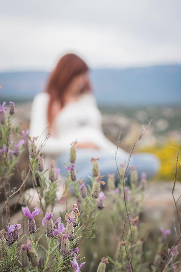 Séance grossesse dans les collines en fleur