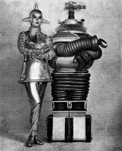 The android Machine - Lost in space - 1965 - Dee Hartford joue Vera accompagnée de son robot.