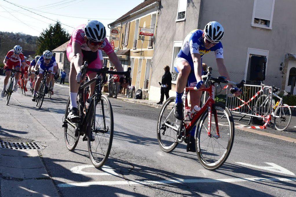 Saint-Siméon le 10 avril 2016 : le sprint d'Igor HUMBERT pour la 3e place&#x3B; qu'il gagne ! (Photo Pierre HAEGEL – VELO-WEB 2)
