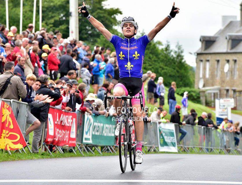 L'arrivée victorieuse d'Enzo ANTI sur le prix de la Saint-Laurent Juniors à Montpinchon (photo : André Quentin - www.ggfotovelo.fr)