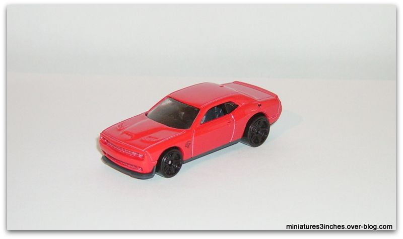 Dodge Challenger SRT 2015 by Hot Wheels.