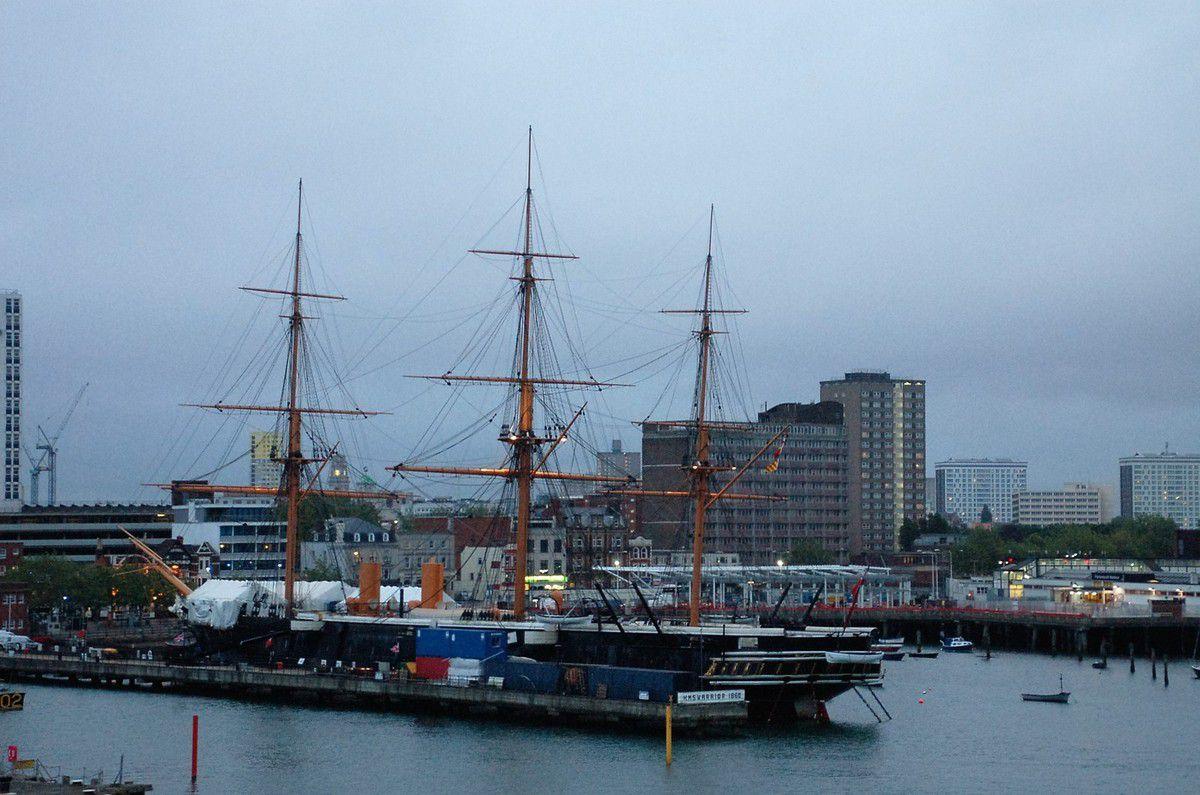 Arrivée à Portsmouth........... la nuit tombe sur le port britannique