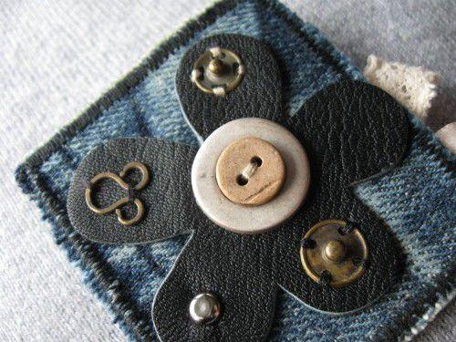 broche en jeans cuir et dentelle recyclés