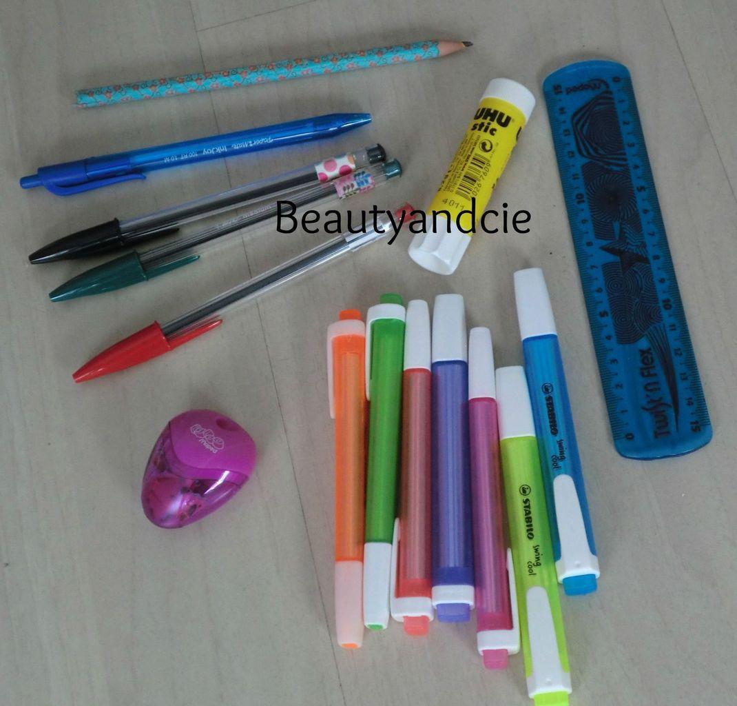 Ce qu'il y a dans ma trousse : des stylos bic custimisé avec du maskin tape, un crayon de papier avec du maskin tape et le reste c'est des chose banal