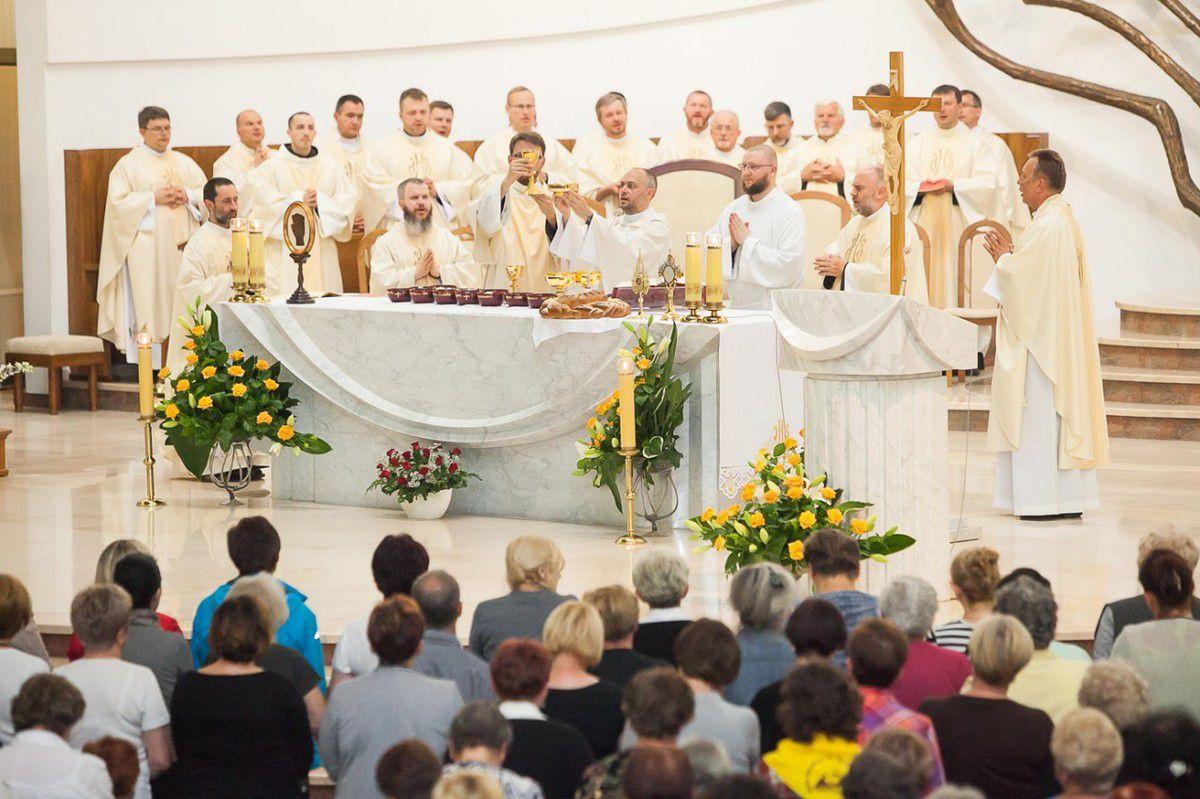 l'interière de la basilique de Miséricorde - la messe
