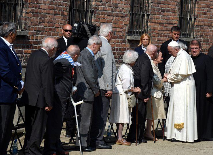 Le Pape François à Auschwitz-Birkenau, le silence et la prière