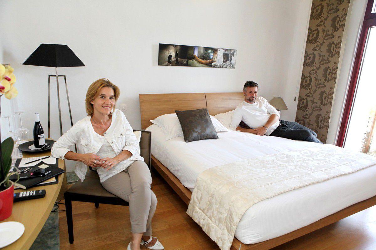 Karin Püringher et Luc Richard ont transformé vingt-deux cuves en onze chambres très confortables. © Jean Bernard