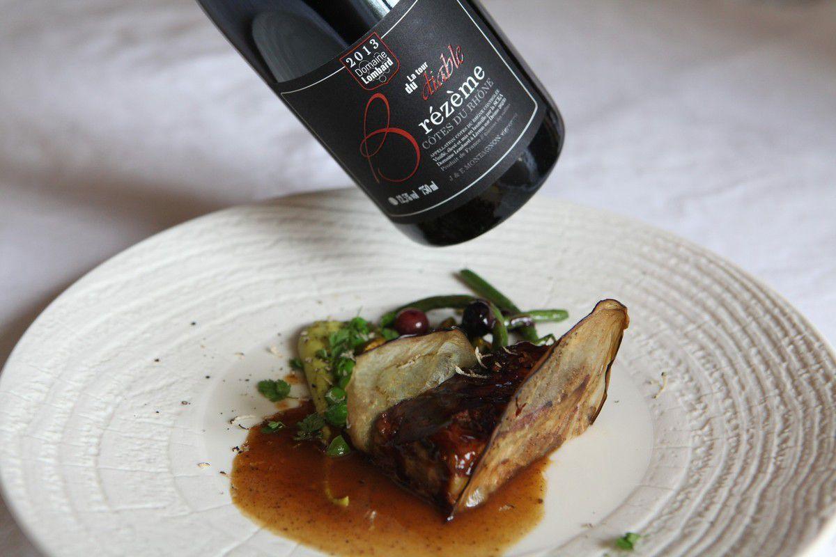 L'accord gagnant : Mille-feuille de poitrine de veau à l'aubergine, jus aux épices, purée de petits-pois et haricots verts sautés à la pistache. © Jean Bernard
