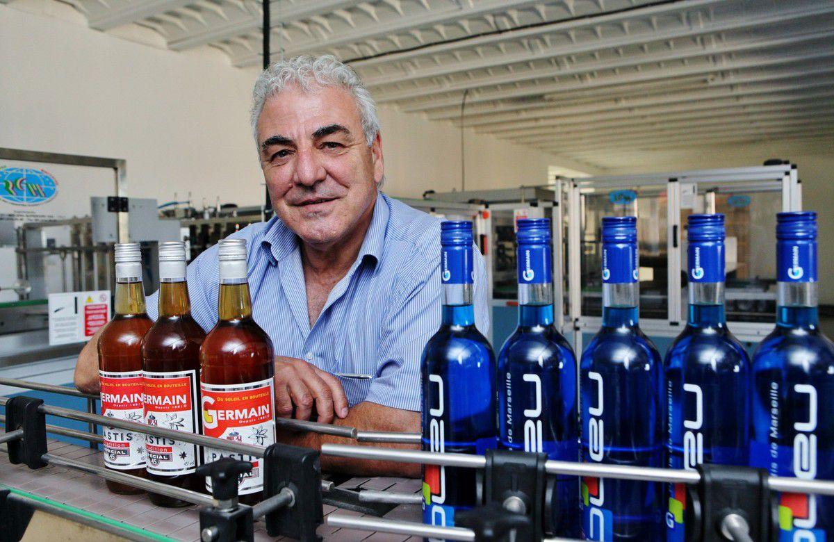 En cet été 2016, Noël Carmona a pu relancer la production de quelques milliers de bouteilles de Pastis Germain et de pastis G. Bleu. © Jean Bernard