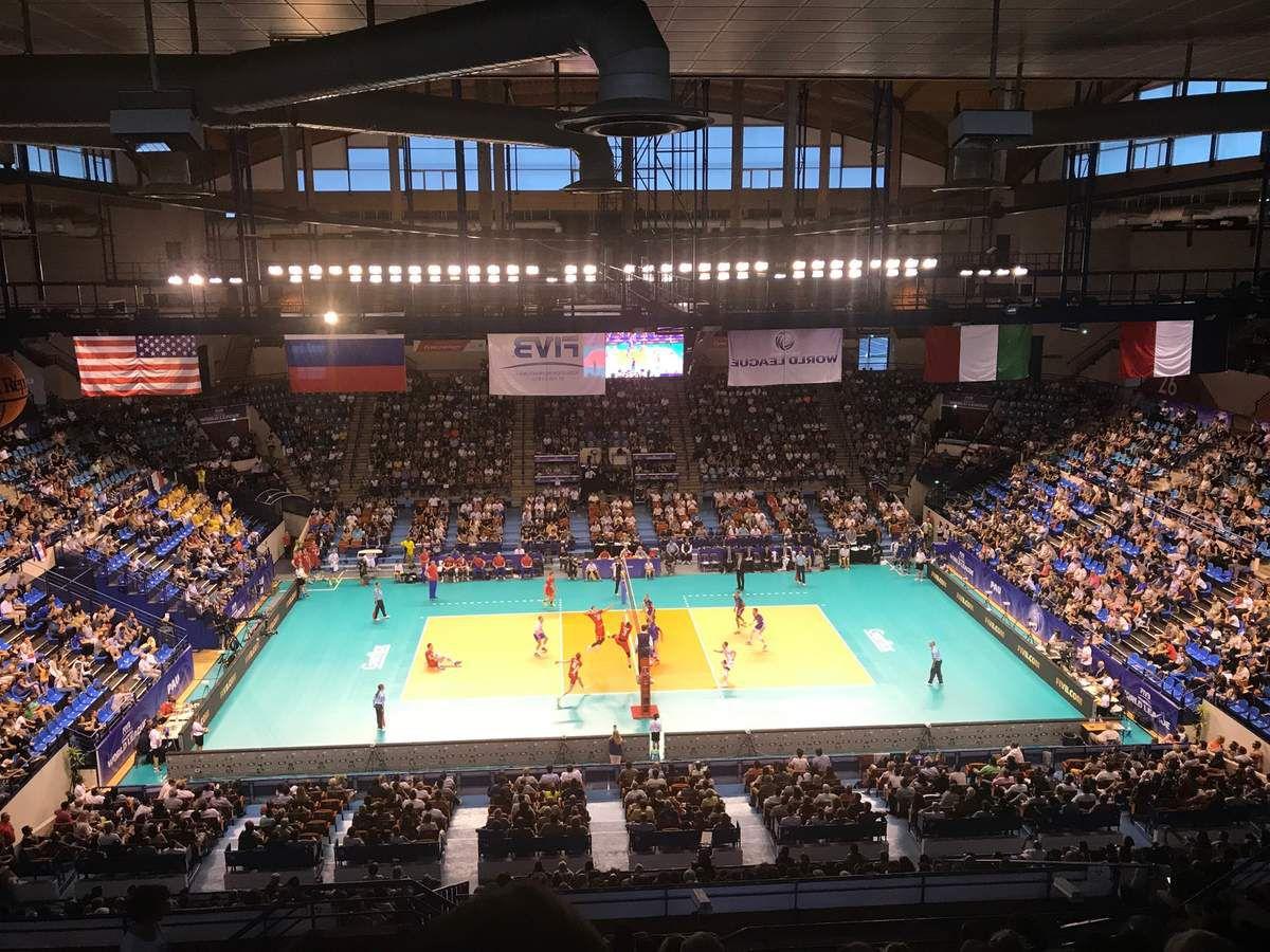 Plus de 4000 personnes au palais des sports de Pau pour encourager l'équipe de France de volley ball.