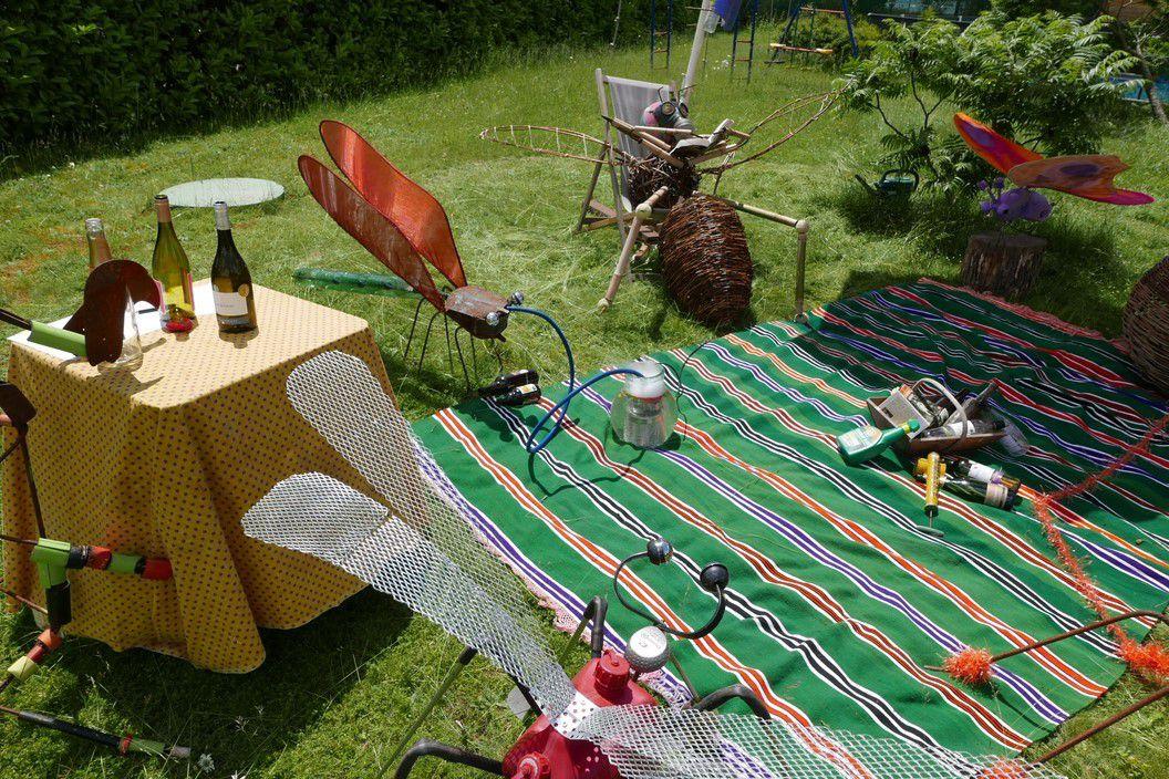avec un déjeuner sur l'herbe par ici, agrémenté par des bières et de la musique locale par la...