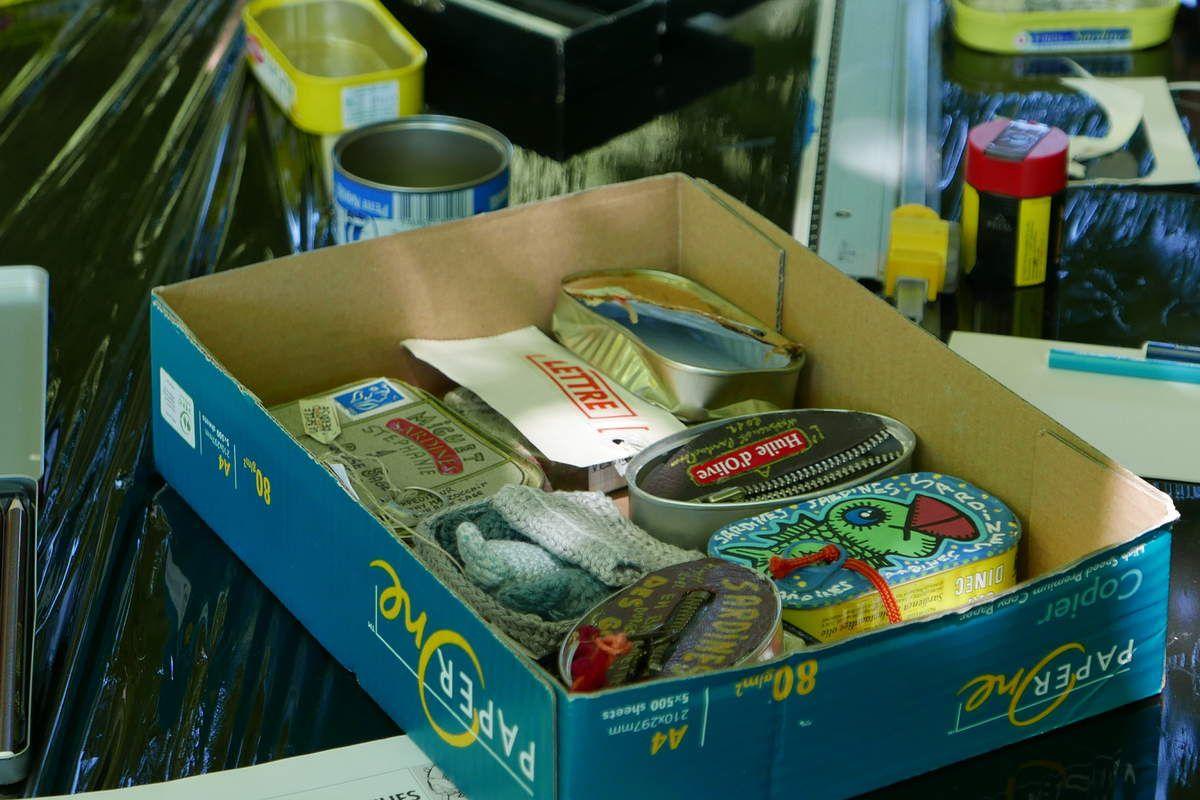 elle proposait du Mail-Art, et comme support d'envoi des boîtes à sardines...