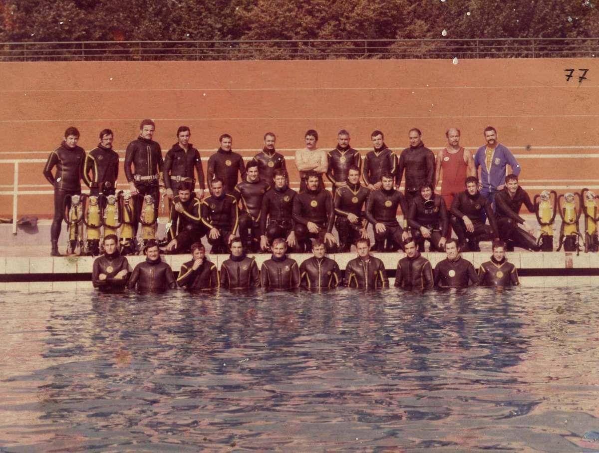1977, piscine de Gerland: Stage de formation SAL. André est debout, en combinaison rouge, à droite.