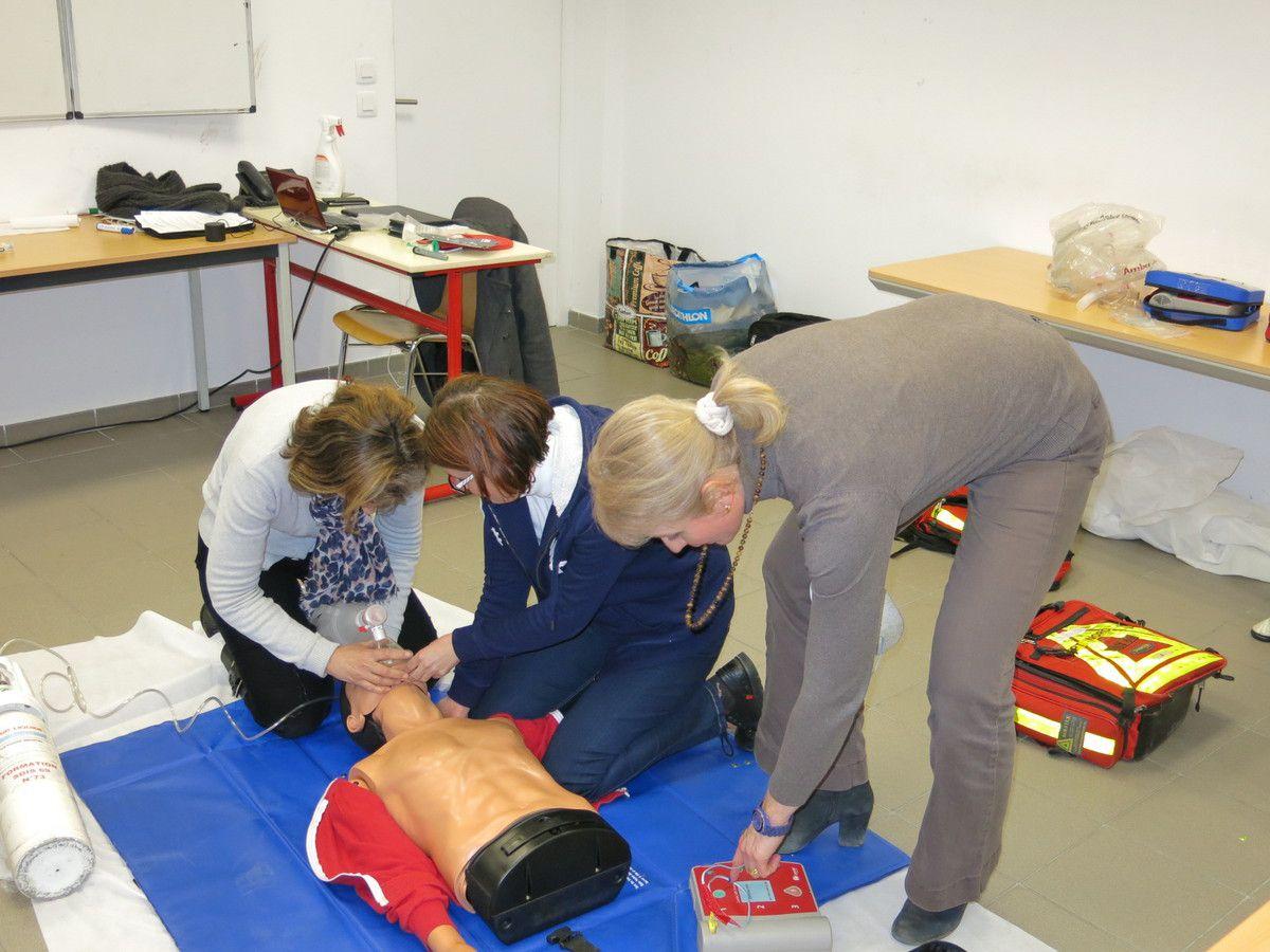 Arielle, Maryline et Joëlle sont à la manoeuvre de la RCP         photo Gilles Froment
