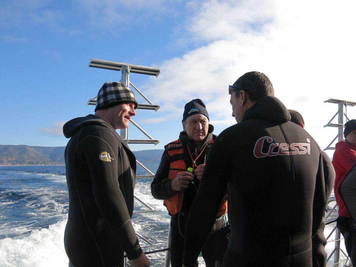 """Hervé et Edgar attentifs aux consignes du DP ( Sylvain ) le """"Cressi man""""....Photo Gilles Froment"""