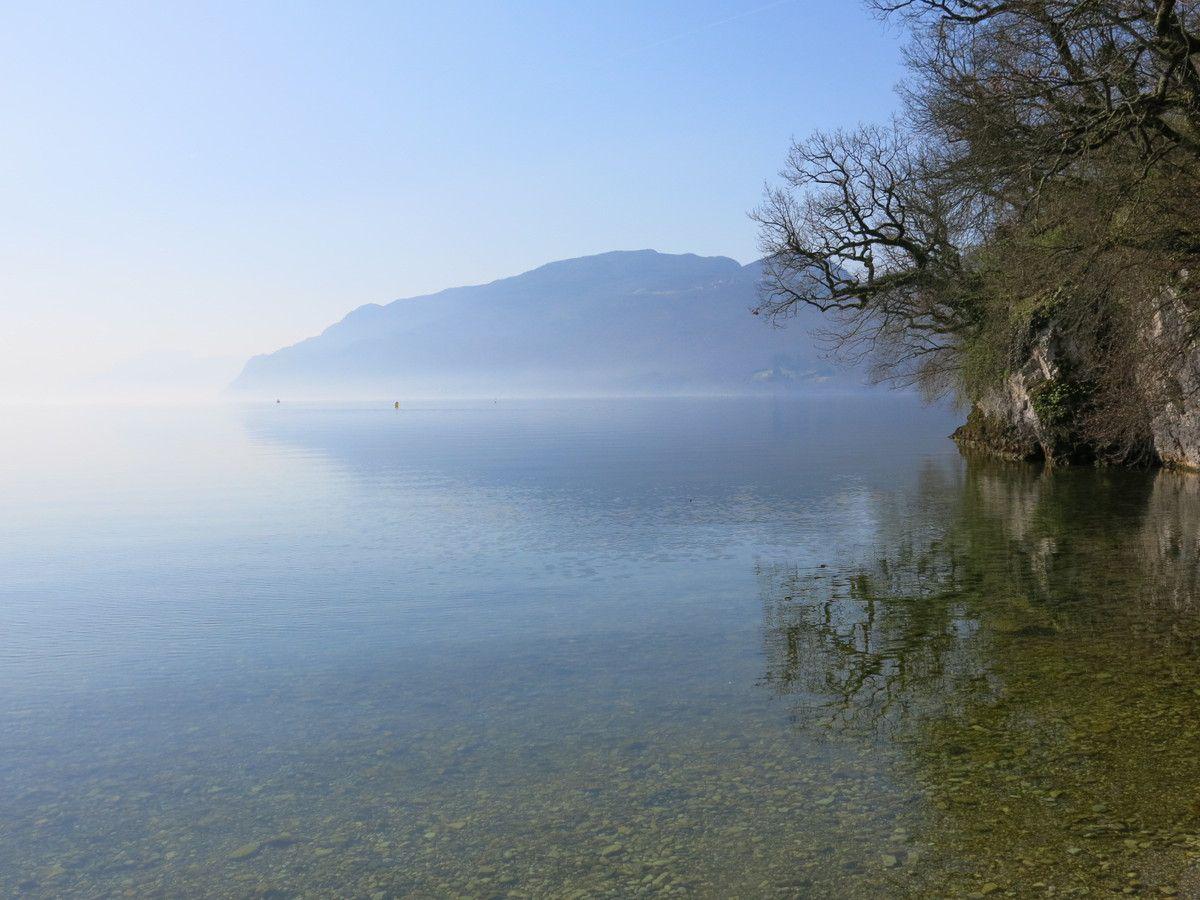 Jeu de reflets sur la surface des eaux paisibles du Bourget