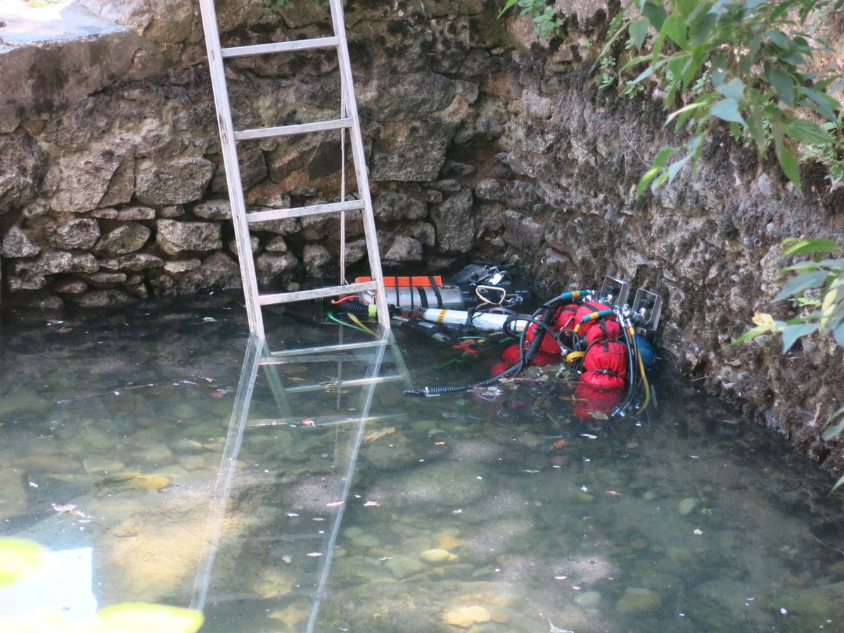 Joki bi et relais attendent dans la vasque, au pied de l'échelle.