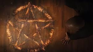 Le pentacle Wiccan, utilisé lors d'invocation satanique est présent dans la chambre de Dolan 36.