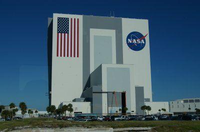 1/Le bâtiment de l'ignoble NASA, ressemble à une porte vers un autre monde. 2/ La première page de la première édition imprimée du Zohar.