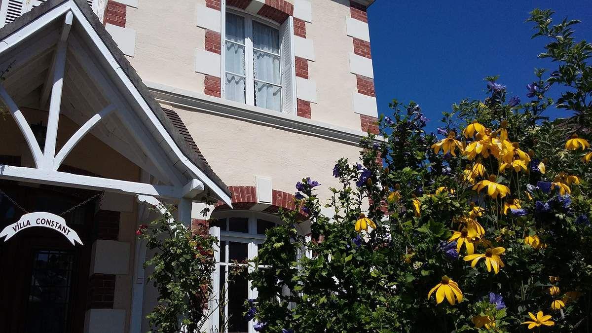 Houlgate fleurs et ciel bleu