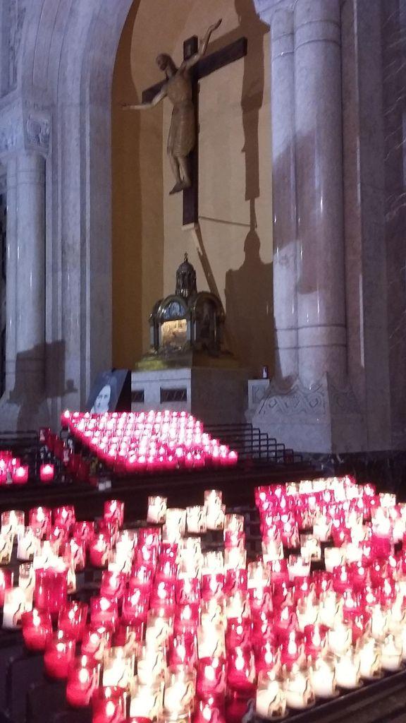 la châsse contenant les reliques de Sainte Thérèse de Lisieux
