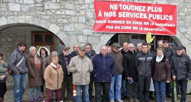 Les manifestants sous une même banderole hier devant la mairie de Bourg-de-Visa./Photos DDM, R. P.