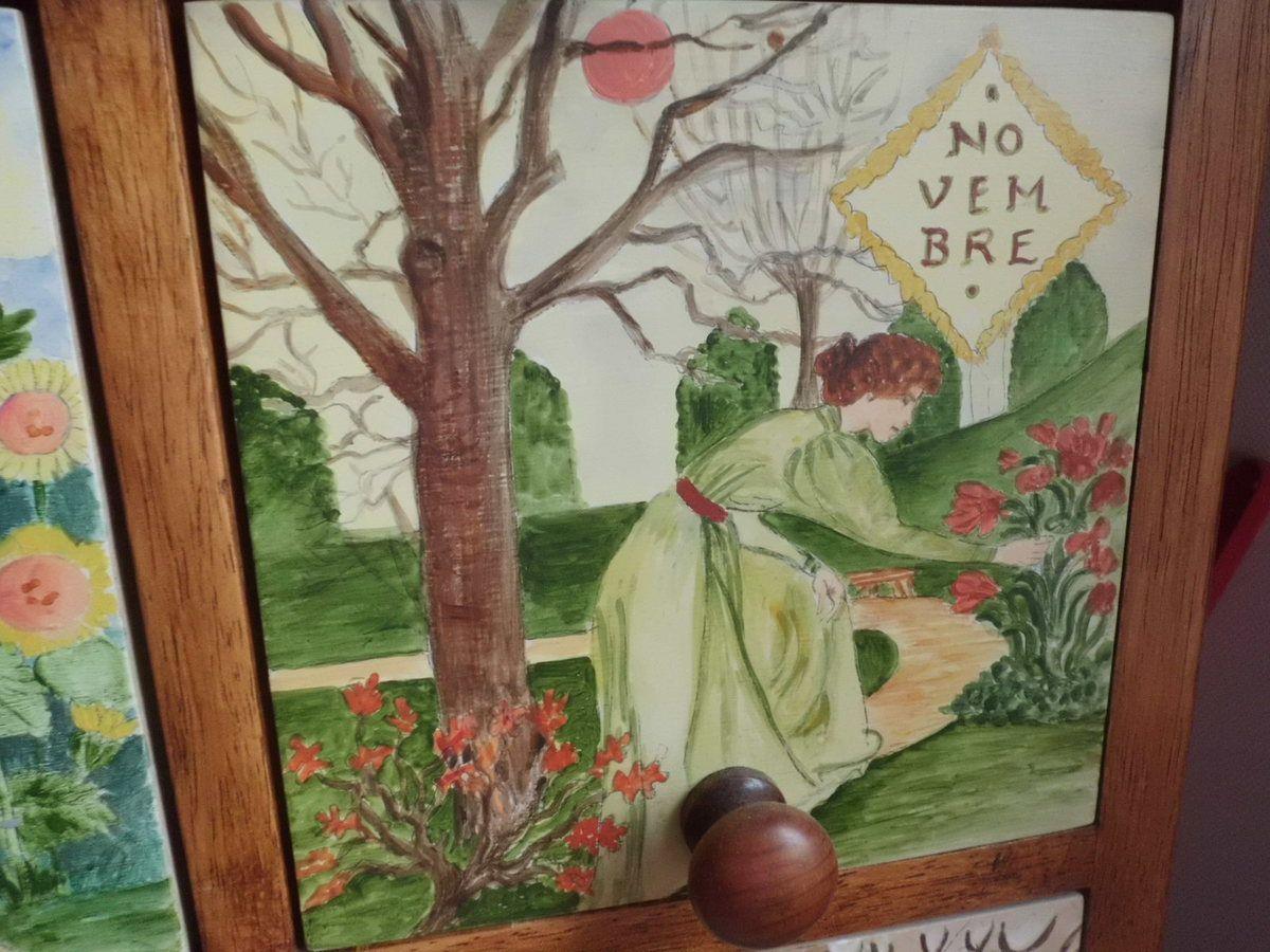J'aime ce meuble avec ses tiroirs bien longs qui rangent mes bobines de fil...J'ai beaucoup simplifié par rapport au calendrier  de 1896 d'Eugène Grasset