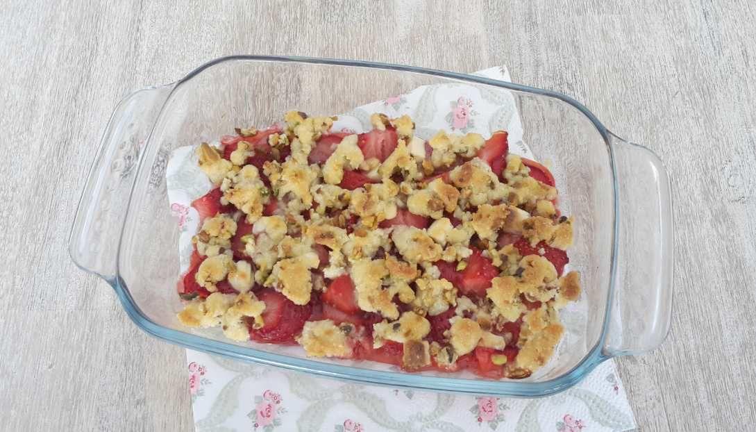 Crumble fraises-pistaches et chocolat blanc