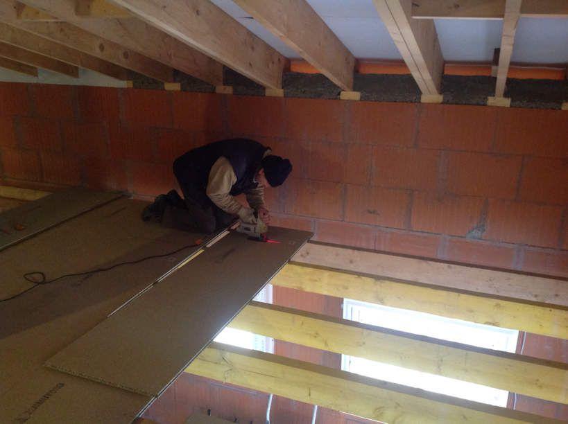 Pose du lambris au plafond et du plancher de la mezzanine for Pose d un lambris bois au plafond
