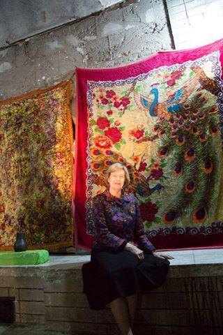 La baronne Nicholson de Winterbourne, ambassadrice pour le commerce du gouvernement de Mme May, au sanctuaire de Lalish, novembre 2016