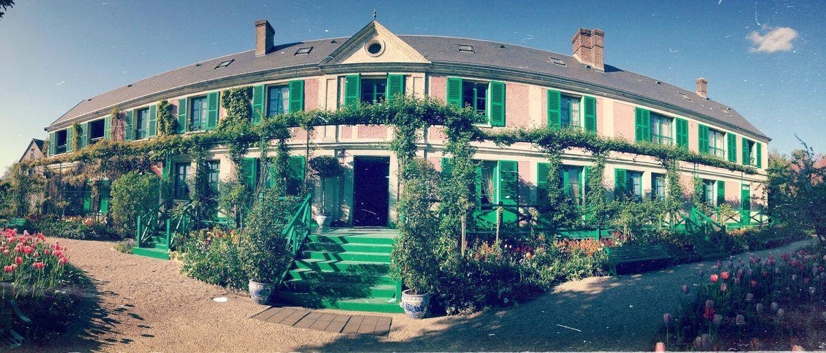 La jolie maison de Monet, aux couleurs décalées pour l'époque. Vue côté jardin
