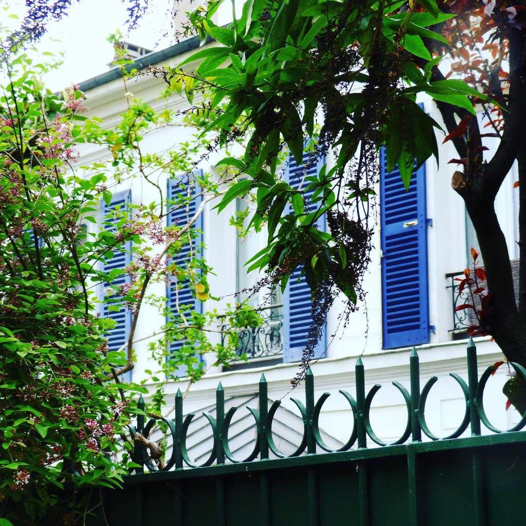 Les vieilles et belles maisons avec leurs jardinets bien plantés et cloturés