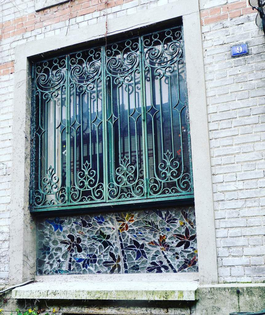 Une magnifique fenêtre ouvragée. Tous les détails comptent.