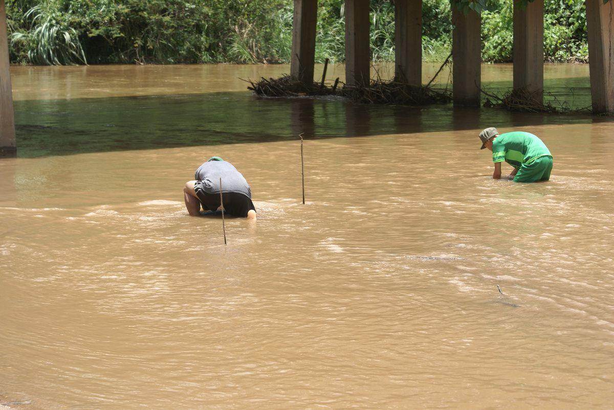 les ramasseurs de sable dans la rivière.